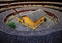 Encre de Chine, porcelaine et forteresses Hakka